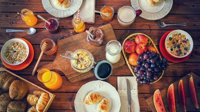 Café da manhã + almoço: aprenda 3 receitas de brunch