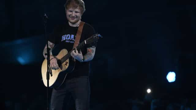 Ed Sheeran cancela shows após fraturas