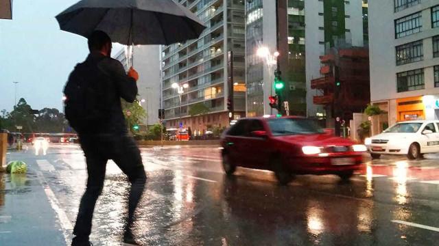 Frente fria provoca chuvas e queda de temperatura em SP