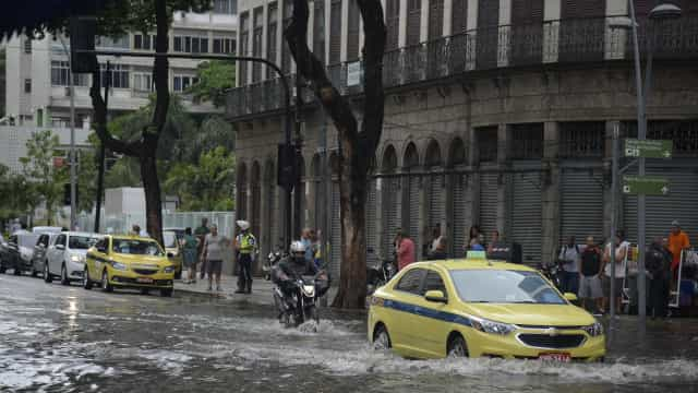 Chuva mata três no RJ e causa dia de caos em vias expressas