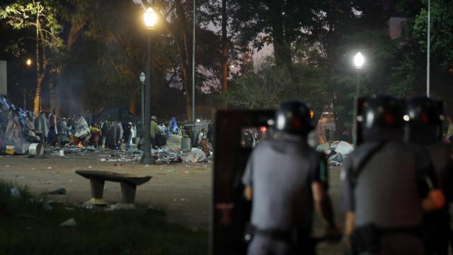 PM e GCM usam bombas e spray de pimenta em ação na Cracolândia