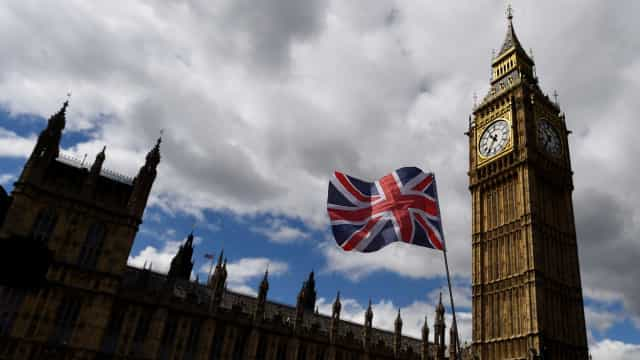 Polícia britânica investiga novo pacote suspeito no centro de Londres