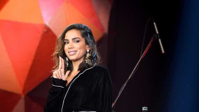 Com agenda cheia, Anitta pega mototáxi no Rio de Janeiro