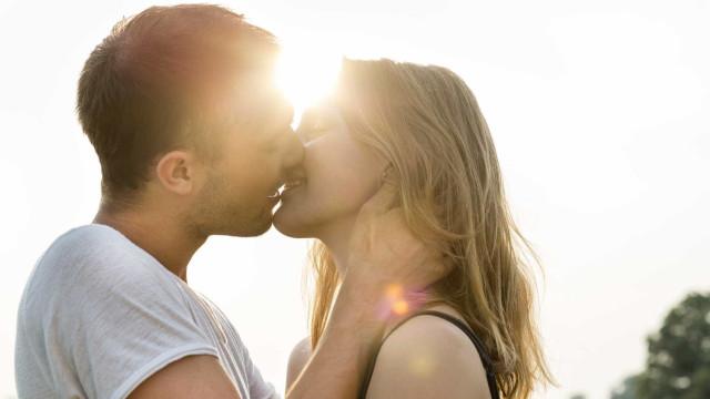 Você sabia que todo mundo beija da mesma forma? Entenda