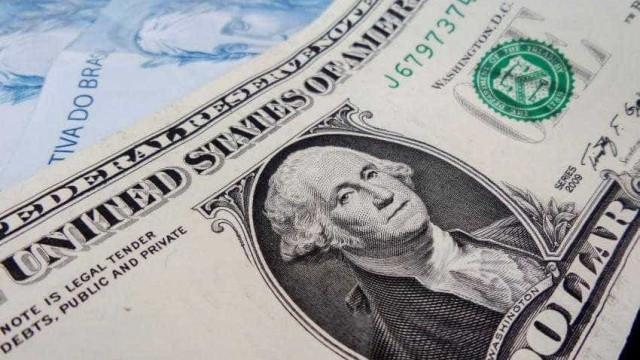 Bolsa cai 2,5% e dólar fecha acima de R$ 3,90