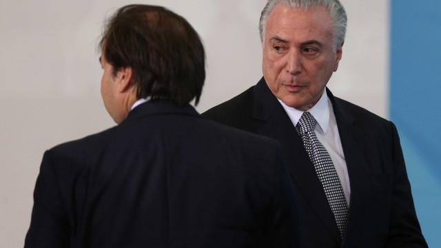 Maia diz que Planalto divulgou 'falsa versão' e irrita Temer