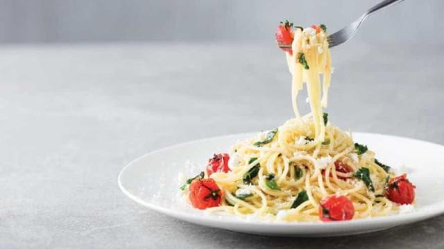 Receita super rápida: Espaguete com Espinafre, Tomate e Parmesão
