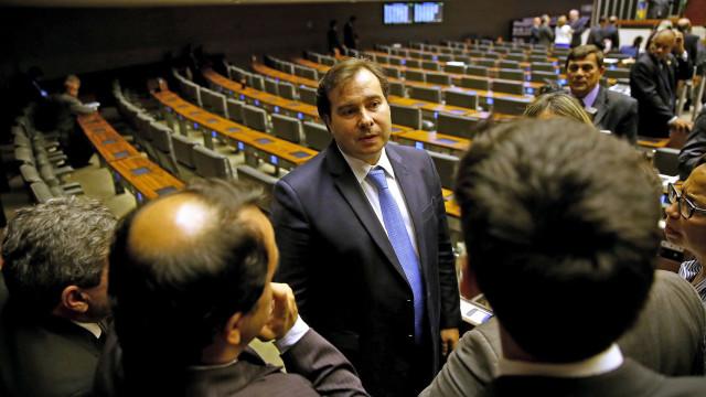 Maia envia ao Congresso texto da lei orçamentária com meta reduzida