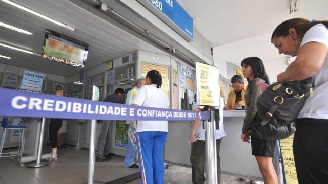 Seis suspeitos e um refém morrem em assalto a bancos e lotérica