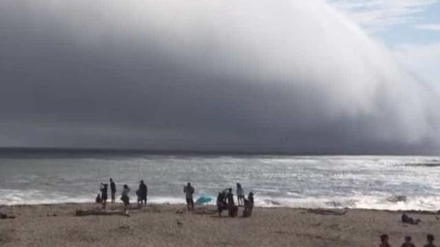 Praia na Califórnia é  coberta por nuvem apocalíptica