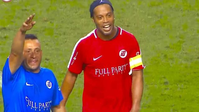 Sem querer, Ronaldinho 'dribla' fã que invadiu campo para abraçá-lo