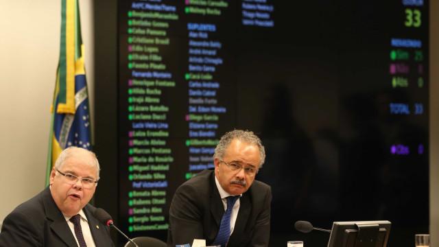 Comissão da reforma política mantém suplentes de senador
