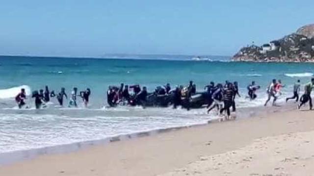 Bote com imigrantes chega em praia da Espanha e surpreende banhistas