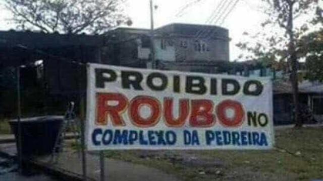 Traficantes põem faixas proibindo  o roubo de carga em Costa Barros