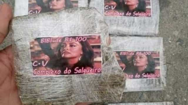 Personagem de Juliana Paes estampa trouxinhas de maconha no Rio