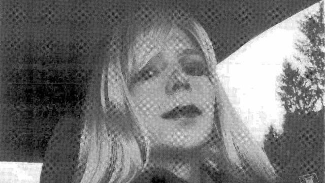Chelsea Manning posa de maiô vermelho para revista