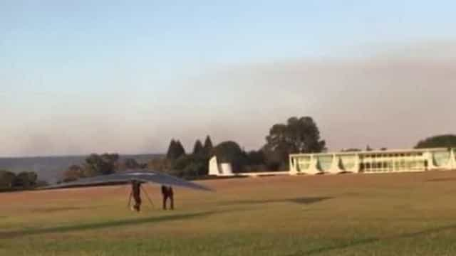 Piloto de asa delta pousa por engano no Palácio da Alvorada