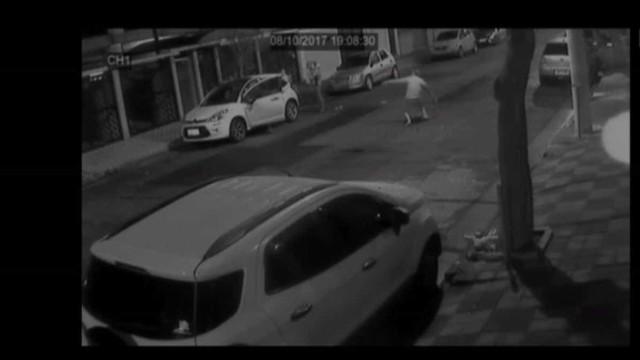 Avô se desespera ao tentar evitar roubo de carro com neta de 3 anos