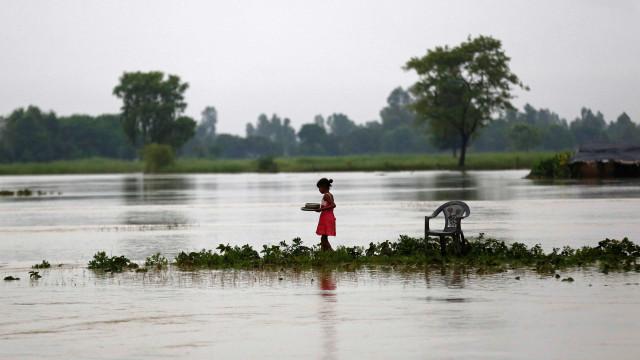 Chuvas torrenciais matam ao menos 96 na Índia e no Nepal