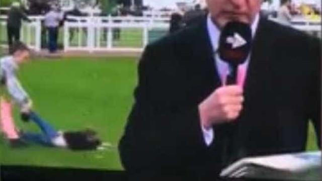 Criança é arrastada no chão ao interromper transmissão na TV