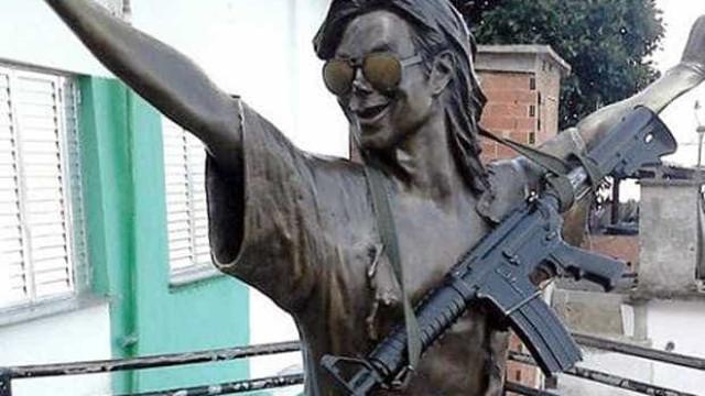Traficantes teriam colocado fuzil em estátua de Michael Jackson, diz PM