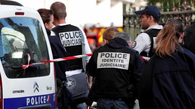 Carro invade pizzaria nos arredores de Paris e mata criança