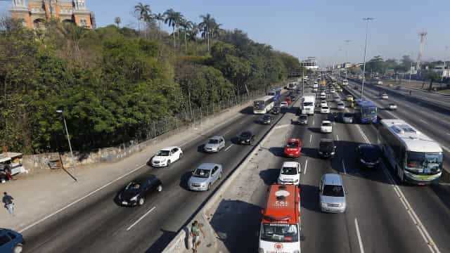 Carros são roubados durante arrastão na Avenida Brasil, no Rio