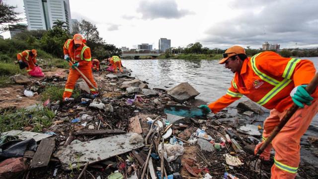 Recuo recorde do mar revela 34 toneladas  de lixo em Porto Alegre