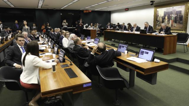Comissão conclui votação e aprova 'distritão' e fundo eleitoral