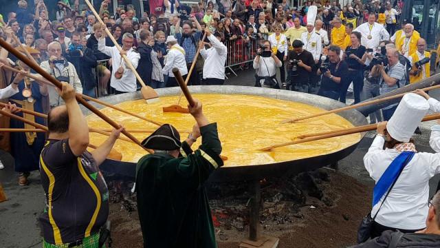 'Cavaleiros da Omelete Gigante' fazem prato com 10 mil ovos