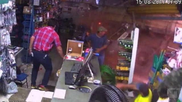 Em vídeo, motorista perde o controle da carreta e invade loja em Goiás