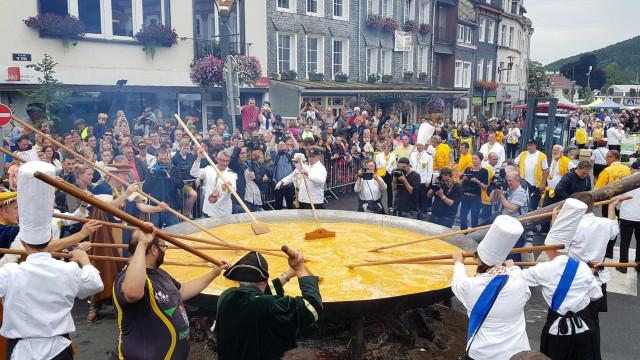 Cidade na Bélgica faz omelete gigante com 10 mil ovos
