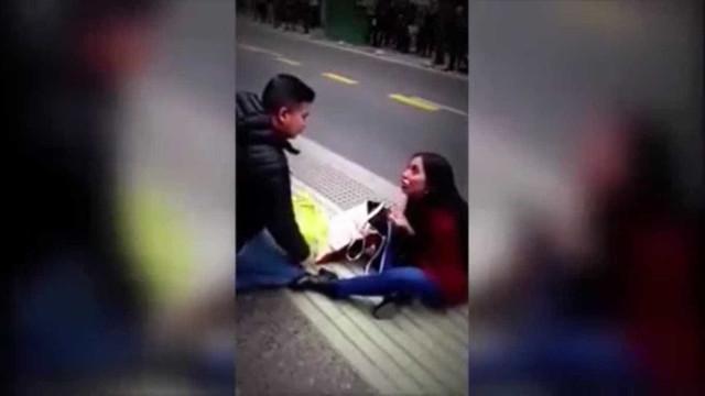 Mulher pede namorado em casamento e acaba sozinha na calçada