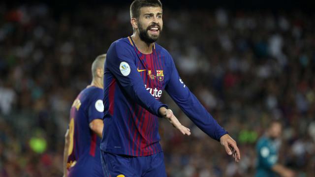 Piqué sente dores e vira dúvida para estreia do Barcelona no Espanhol