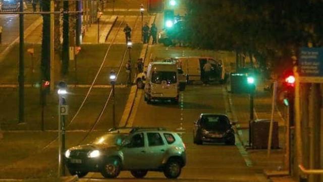 Pedestres filmam terroristas com explosivos abatidos pela polícia