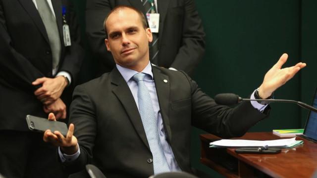 Filho de Bolsonaro questiona postura do PSOL e ignora morte de Marielle