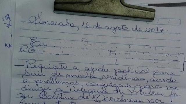 De cama, mulher entrega bilhete à polícia denunciando maus-tratos