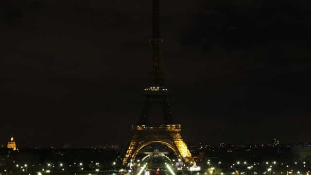Torre Eiffel apaga as luzes em homenagem às vítimas de Barcelona