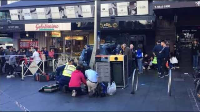 Carro invade área de pedestres na Austrália e fere cinco