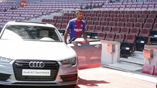 Paulinho ganha carrão de R$ 220 mil do Barcelona