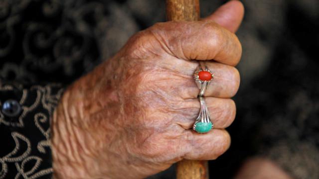 Idosa de 81 anos é estuprada em parque