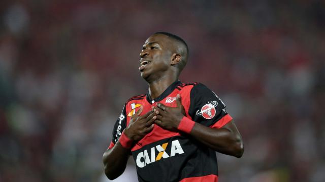 Vinicius Junior brilha e Flamengo vence Atlético-GO por 2 a 0