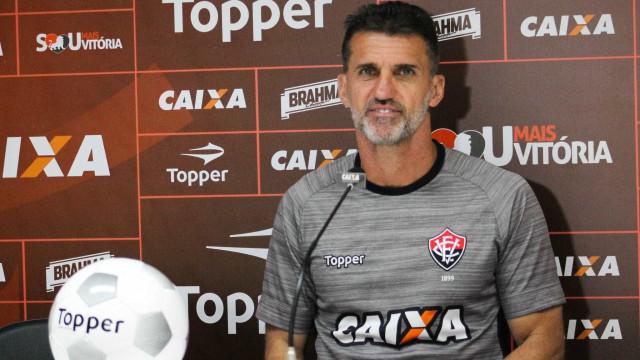 Técnico do Vitória se irrita com jornalista e ironiza: 'É corintiano'