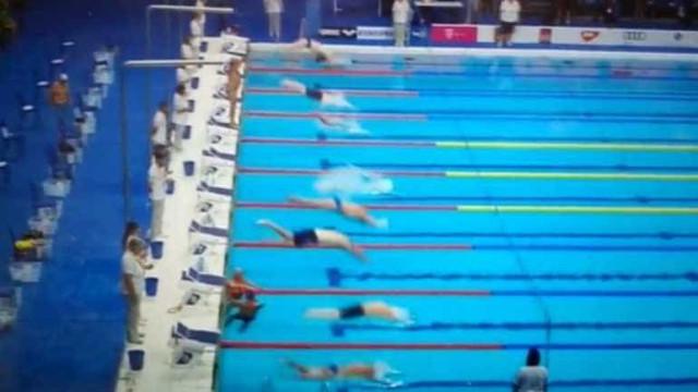 Nadador desafia organização e sozinho homenageia vítimas de Barcelona
