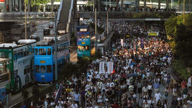 Multidão protesta em Hong Kong pela liberdade de líderes pró-democracia