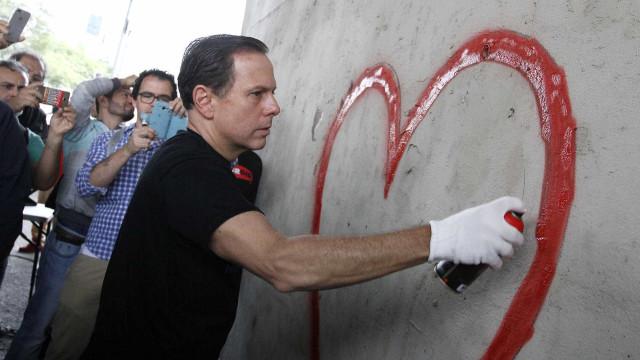Doria canta e faz grafite em inauguração de painel de arte urbana