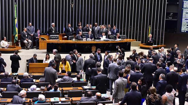 Câmara atinge quórum e abre sessão para analisar denúncia contra Temer