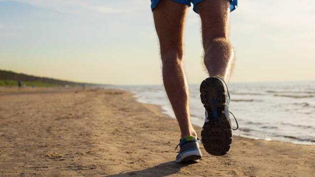 5 benefícios de correr na praia