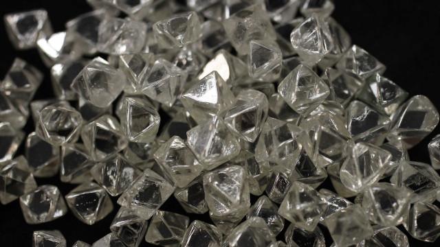 Nos planetas gasosos do Sistema Solar caem 'chuvas de diamantes'