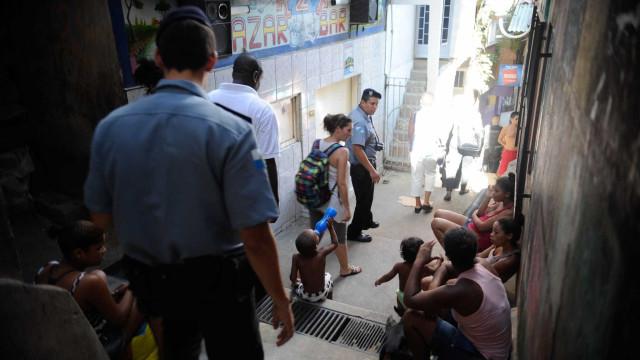 Três mil PMs de UPPs serão relocados para patrulha ostensiva